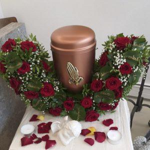 Bestattungen Sinn Blumenschmuck Urne